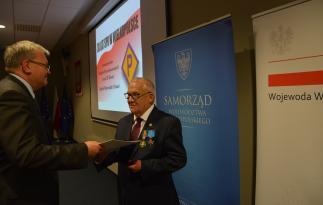 Medal Zbiorowy Za Zasługi dla LOK otrzymuje Stowarzyszenie Polaków Represjonowanych przez III Rzeszę.