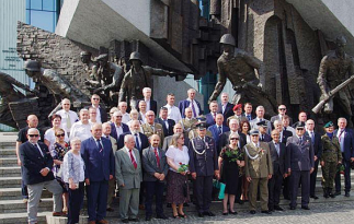 Wspólne zdjęcie pod pomnikiem Powstania Warszawskiego 1944 roku