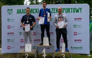 Akademickie Mistrzostwa Polski, medaliści konkurencji 3x40 na podium od lewej: Marcin Majka (WSB Poznań), Maciej Kowalewicz (UWM Olsztyn), Szymon Matuszewski (WSB Wrocław),
